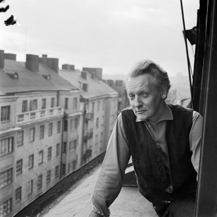 Hemma hos Per Anders Fogelström som tittar ut genom fönstret i